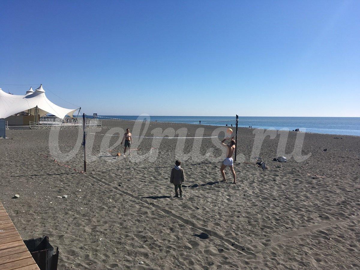 Фото отдыхающих на пляже в адлере
